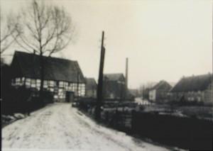 """Haus Hengstenberg mit dem """"Straßborn"""" (dem Waschteich)"""