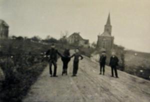 Kirchstraße links die alte Schule